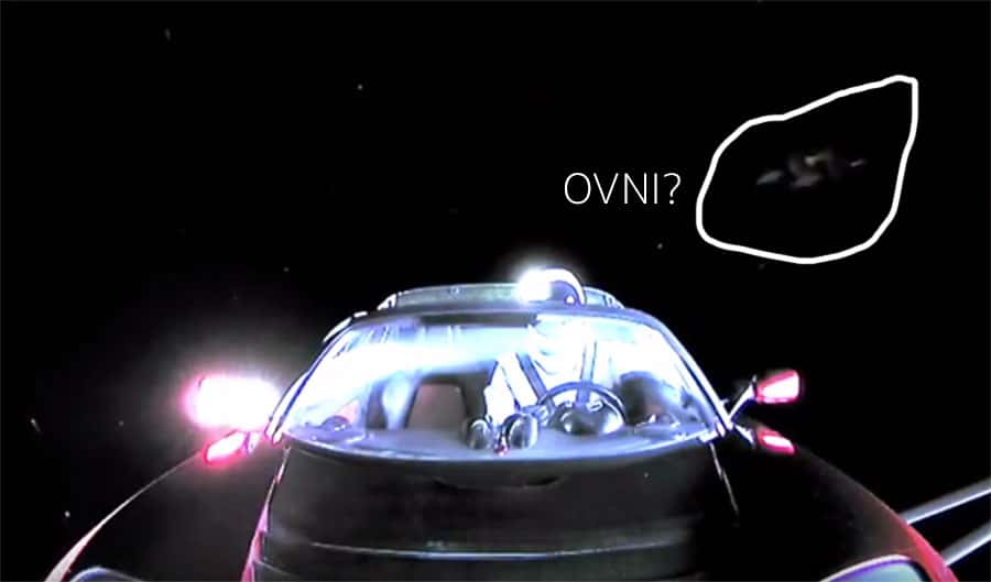Óvni resolve dar as caras ao vivo durante a órbita terrestre do carro Tesla Roadster